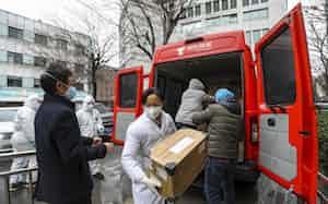 京東集団は自社の物流網を活用し、湖北省武漢市に医療品を運んだ(1月26日)=AP