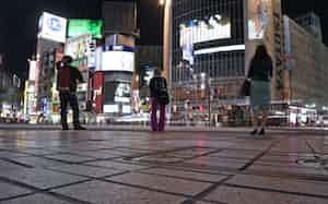 人影がまばらなJR渋谷駅前のスクランブル交差点(8日午後、東京都渋谷区)