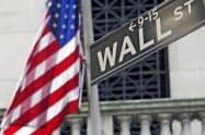 ニューヨーク証券取引所前のウォール街の案内板=AP