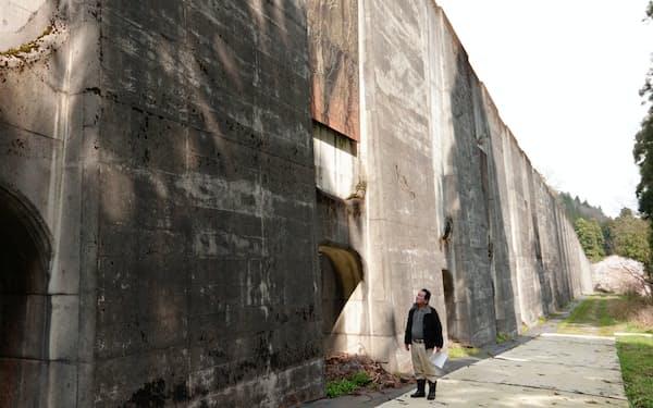 防雪壁の前に立つ下黒谷地区の吉田区長(福井県大野市)