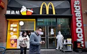 マクドナルドは、新型コロナの影響で3月の既存店売上高が22%減少した(中国・武漢の店舗)=ロイター