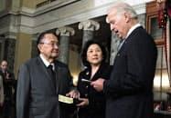 ダニエル・イノウエ上院議員(左)の模擬宣誓式に立ち会うアイリーン・ヒラノさん(中央)、右はバイデン副大統領(2011年1月)=AP