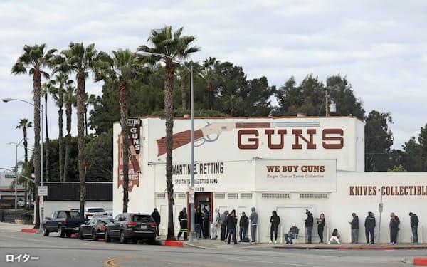 銃を求める人が列を作る米カリフォルニア州の銃砲店=ロイター