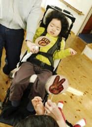 障害児用のバギーに乗る市川晃子さんの長女(3月、名古屋市)=市川さん提供・共同