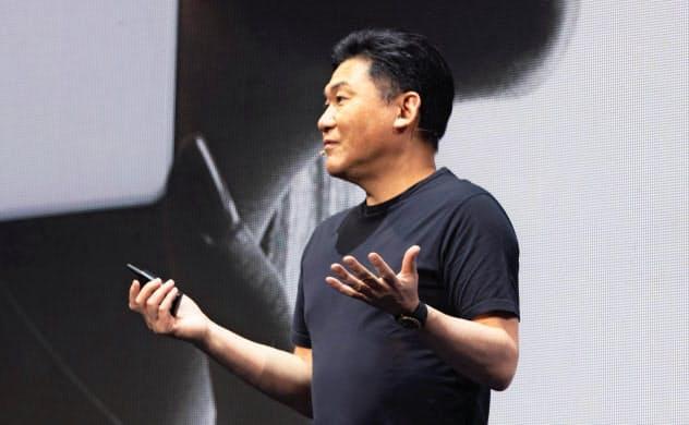 2ギガバイト制限の料金プランを発表する三木谷浩史会長兼社長(同社提供)