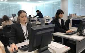 北洋銀行には新卒で2人の外国人が入行した(3日、札幌市)