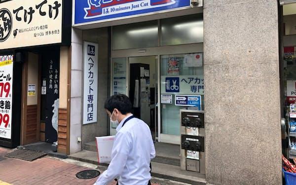 ヘアカット専門店「QBハウス」は10日から7都府県の全店舗を臨時休業にする(9日、都内で)