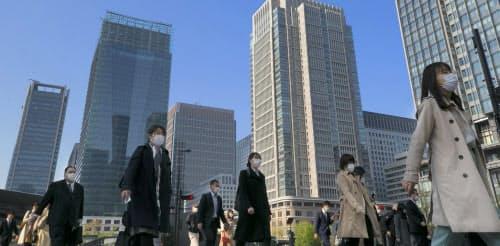 マスク姿で通勤する人たち(8日、東京・丸の内)