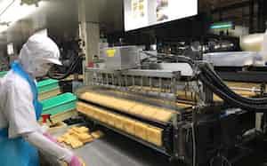 酢飯を詰めやすいよう、揚げた油揚げに空気を注入(福岡県朝倉市)