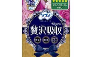 ユニ・チャームの「ソフィ Kiyora(キヨラ) 贅沢吸収ホワイトフローラル 多い用36枚」。女性が手に取りやすいよう工夫した