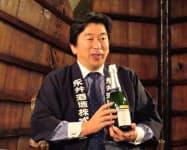 群馬県川場村の永井酒造は県内の酒販店を通じて酒かすを無償提供する(自社製品を手にする永井則吉社長)