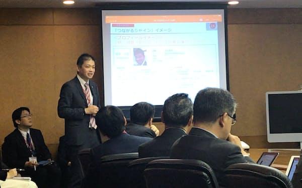 損保ジャパンの経営会議で人事データベースの改善案を発表する高田剛毅さん