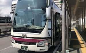とさでん交通は高知ー大阪線を減便し、20日からは運休する(9日、JR高知駅前)