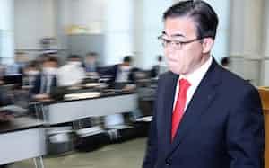 記者会見を終え、会場を後にする愛知県の大村知事(9日、愛知県庁)