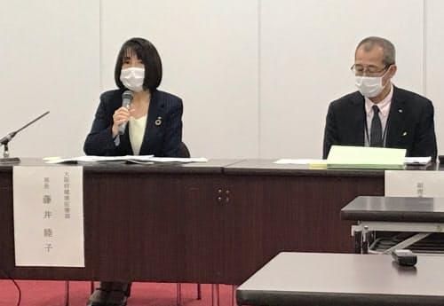 記者会見する大阪府の藤井睦子健康医療部長(左)(9日、大阪府庁)