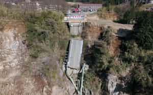 熊本地震で崩落した阿蘇大橋(2017年4月、熊本県南阿蘇村)