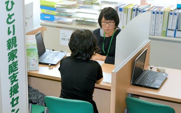 支援が必要なひとり親家庭は多い(東京都千代田区の支援センター)