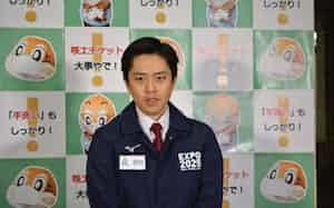 記者団の取材に応じる吉村知事(10日、大阪府庁)