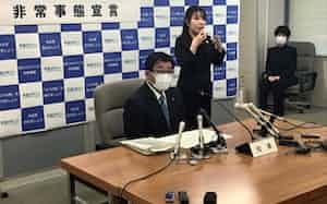 「非常事態宣言」を発表する岐阜県の古田肇知事(左手前)=10日午後、岐阜県庁