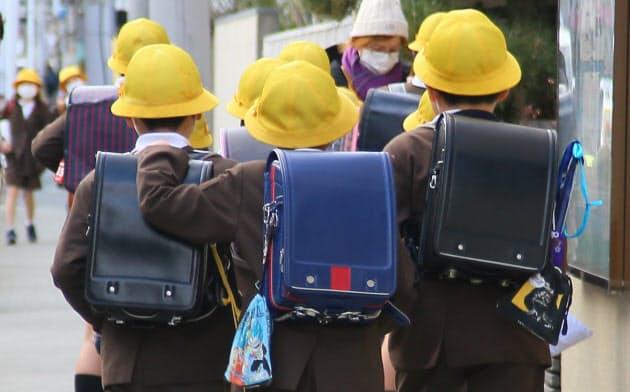 休校前最後の登校日に学校へ向かう児童(2月28日、大阪市)