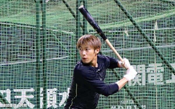 非公開の自主練習でフリー打撃に取り組むソフトバンク・柳田(10日、ペイペイドーム)=球団提供・共同