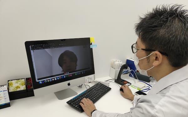 遠隔診療スタートアップなどへの投資が世界的に増えている(写真はオンライン診療を行う日本の医師)