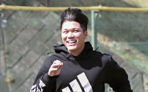 練習で走り込む巨人・坂本(10日、川崎市のジャイアンツ球場)=共同