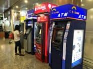 ミャンマーでも銀行の利用者が増えている(ヤンゴン国際空港のATM)