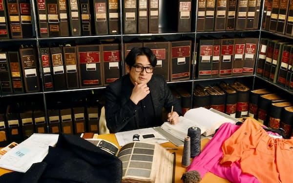 膨大な生地サンプルを保管する書庫で、デザインを考える大野さん(愛知県一宮市)=川柳雅裕撮影