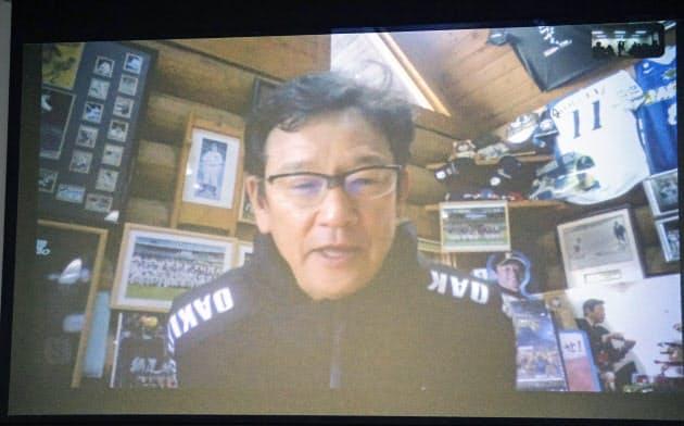 オンラインで取材に応じる日本ハム・栗山監督(10日、札幌市内の球団事務所)=共同