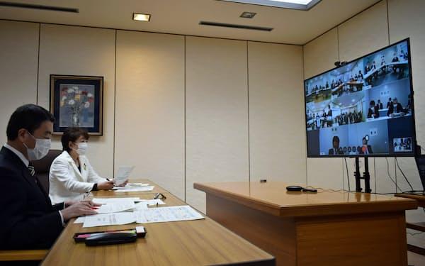 コロナ対策で初めてウェブ会議を開いた宮城県の村井知事(手前)と仙台市の郡市長(10日、宮城県庁)