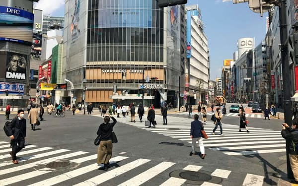 人通りが大幅に減った東京・渋谷のスクランブル交差点。主要な経済指標が緊急事態宣言の影響を織り込むのは数週間先になる