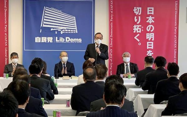 自民党憲法改正推進本部であいさつする細田本部長(10日、党本部)
