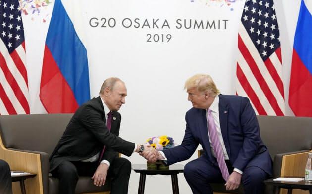 プーチン氏(左)はトランプ氏と2日連続で電話協議した(2019年6月、大阪で開かれた米ロ首脳会談)=ロイター