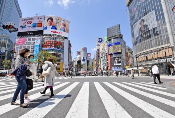 人通りがまばらなJR渋谷駅前のスクランブル交差点(11日午前、東京都渋谷区)
