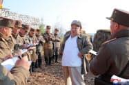 軍の砲撃訓練を指導した金正恩氏。10日に報じられた=朝鮮中央通信・朝鮮通信
