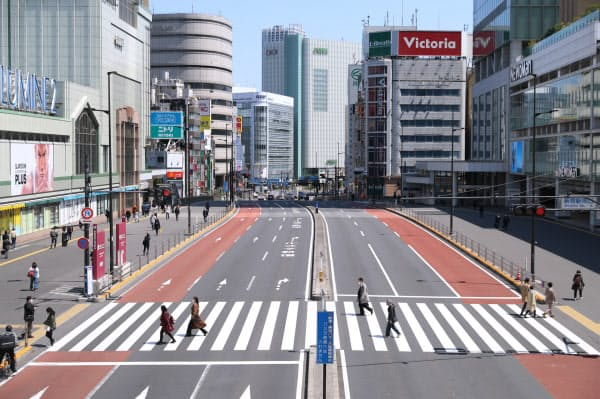 人通りの少ないJR新宿駅前(11日、東京都新宿区)