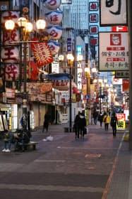飲食店など多くの店舗が臨時休業し、人通りの少ない道頓堀の繁華街(11日、大阪市中央区)
