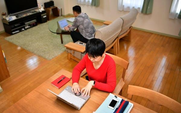 緊急事態宣言を受け在宅勤務が原則となり自宅で業務する製薬会社の従業員(8日、大阪市内)=笹津敏暉撮影