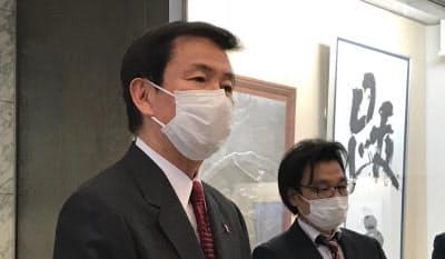 休業要請について説明する千葉県の森田健作知事(左)(12日、千葉県庁)
