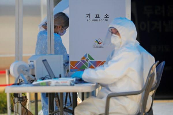 韓国では厳戒態勢のなかで総選挙の期日前投票が進んでいる(11日、ソウル市近郊)=ロイター