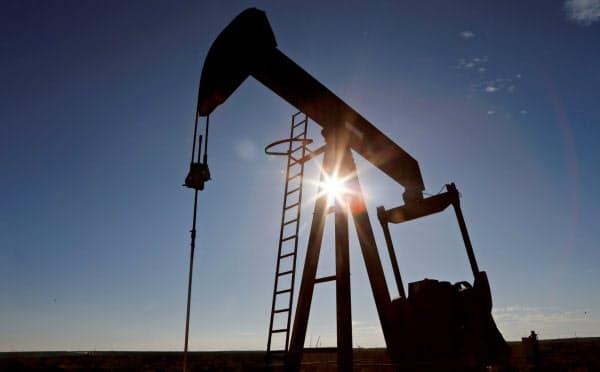 産油国は異例の協調減産で合意した(米テキサス州の生産施設)=ロイター