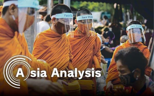 マスクとフェースガード姿で托鉢(たくはつ)するタイの僧侶(4月1日、バンコク)=小高顕撮影