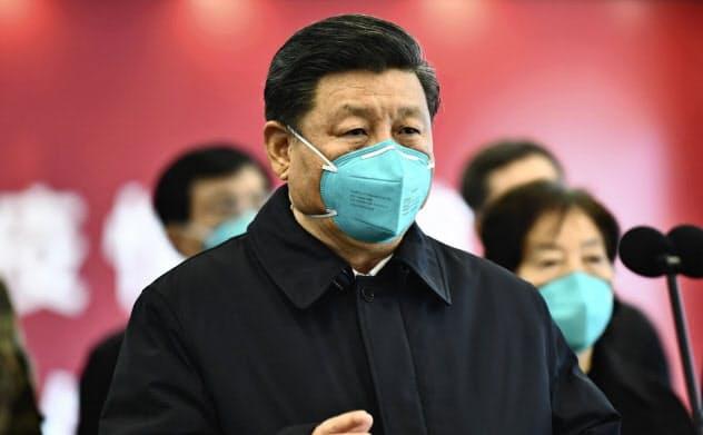 中国の習国家主席は伝統医学を普及させ、中国共産党を中国の古代からの知恵を代表する存在に再定義することに注力しているという。写真は3月の武漢訪問の時のもの=AP
