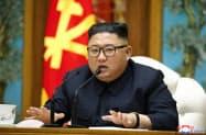 11日に開かれた朝鮮労働党政治局会議に出席した金正恩氏=朝鮮中央通信・朝鮮通信