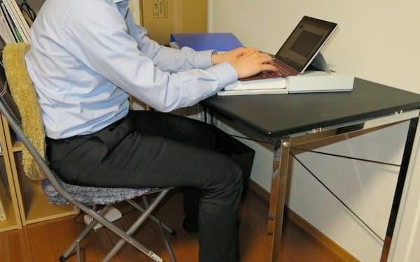 椅子や机は身近なもので高さや柔らかさを調整できる