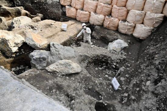 「花の御所」とも呼ばれた室町殿跡地で見つかった庭園の池を構成していた石(3日、京都市)=共同