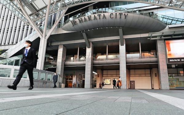 緊急事態宣言の対象地域となり、普段より人通りの少ないJR博多駅前(8日、福岡市)