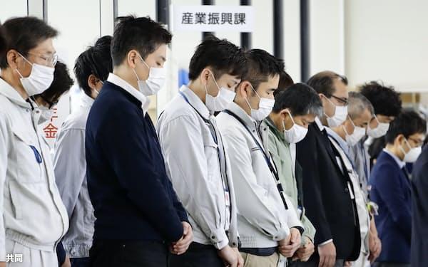 熊本地震の発生から4年を迎え、熊本県益城町の仮設庁舎で黙とうする職員(14日午前)=共同