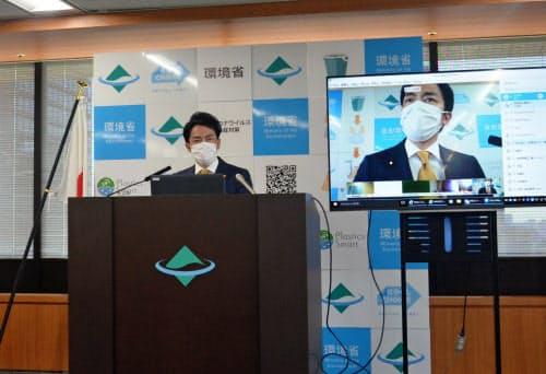 小泉環境相は脱炭素社会への移行を進めると強調した(14日、環境省内)